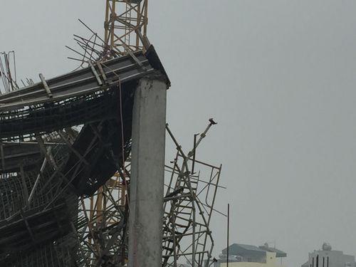 Hiện trường vụ sập giàn giáo khiến 3 người chết ở Hà Nội - Ảnh 6
