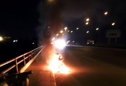 Thanh niên đốt xe máy rồi nhảy cầu Đồng Nai tự tử - Ảnh 1