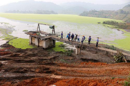 Đã chặn được dòng nước do gẫy trục phai xả tràn của hồ thải ở Lào Cai - Ảnh 1