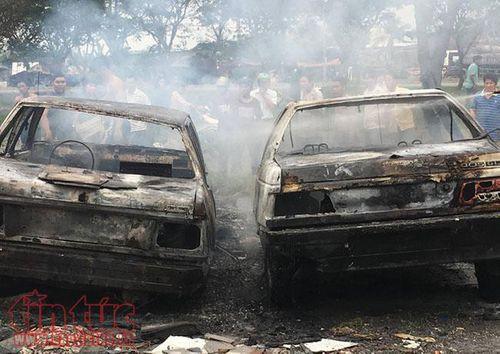 Người dân đốt rác làm cháy rụi 2 ô tô trên đại lộ Nguyễn Văn Linh - Ảnh 1