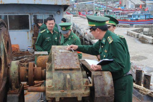 Sà lan dùng xây công trình nghi của Trung Quốc trôi dạt trên biển - Ảnh 1