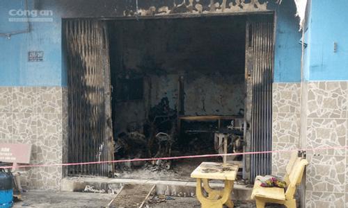 Cảnh sát giải cứu 2 người mắc kẹt trong căn nhà bốc cháy ở Sài Gòn - Ảnh 1
