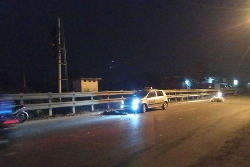 Hà Nội: Ngồi vệ đường sau tai nạn, đôi nam nữ bị taxi đâm thương vong - Ảnh 1