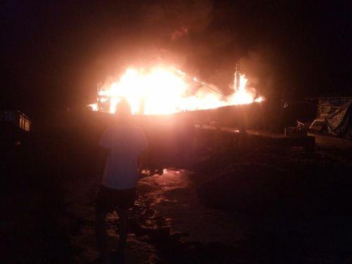 Tàu cá của ngư dân Quảng Ngãi bốc cháy dữ dội, thiệt hại trên 3 tỷ - Ảnh 1