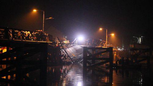 Hiện trường vụ sập cầu ở Sài Gòn, ô tô và xe máy rơi xuống sông - Ảnh 1