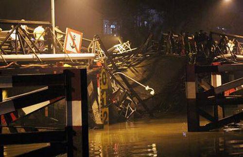 Hiện trường vụ sập cầu ở Sài Gòn, ô tô và xe máy rơi xuống sông - Ảnh 2