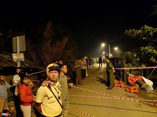 Hiện trường vụ sập cầu ở Sài Gòn, ô tô và xe máy rơi xuống sông - Ảnh 5