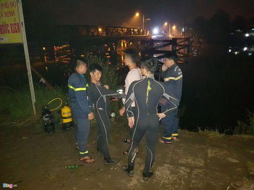 Hiện trường vụ sập cầu ở Sài Gòn, ô tô và xe máy rơi xuống sông - Ảnh 7