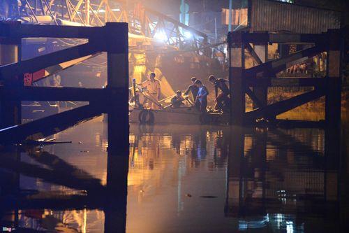 Hiện trường vụ sập cầu ở Sài Gòn, ô tô và xe máy rơi xuống sông - Ảnh 4