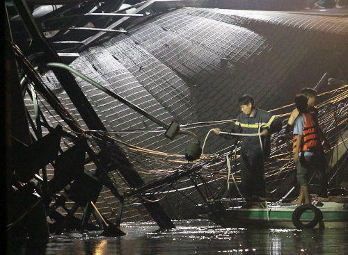 Hiện trường vụ sập cầu ở Sài Gòn, ô tô và xe máy rơi xuống sông - Ảnh 6