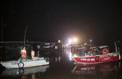 Hiện trường vụ sập cầu ở Sài Gòn, ô tô và xe máy rơi xuống sông - Ảnh 8