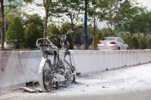 Cháy xe trên Xa lộ Hà Nội, nhiều người hoảng loạn - Ảnh 1