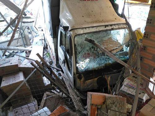 Xe tải mất lái, tông sập mái hiên 3 nhà dân - Ảnh 2