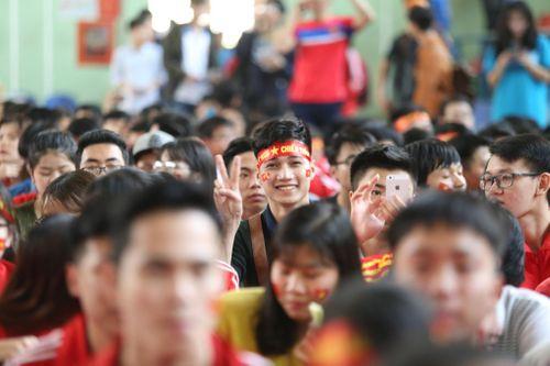 Sinh viên trường Bách Khoa cổ vũ đội tuyển U23 Việt Nam - Ảnh 3