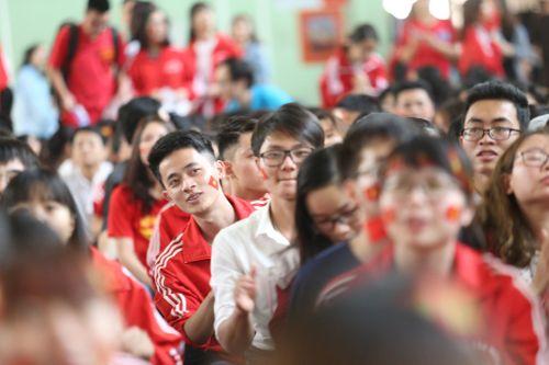 Sinh viên trường Bách Khoa cổ vũ đội tuyển U23 Việt Nam - Ảnh 5