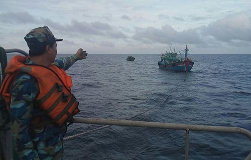 Tàu Trường Sa cứu 2 tàu cá gặp nạn trên biển