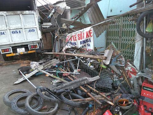 Xe tải mất lái, tông sập mái hiên 3 nhà dân - Ảnh 1