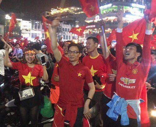 Phó Thủ tướng Vũ Đức Đam xuống đường mừng chiến thắng của U23 Việt Nam - Ảnh 2