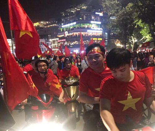 Phó Thủ tướng Vũ Đức Đam xuống đường mừng chiến thắng của U23 Việt Nam - Ảnh 1