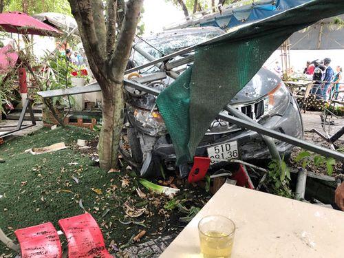 Ô tô lao thẳng vào quán cà phê, 2 người bị thương - Ảnh 1