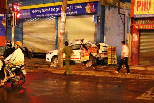 Container lao lên vỉa hè, tông chết tài xế taxi nằm nghỉ trong xe - Ảnh 1