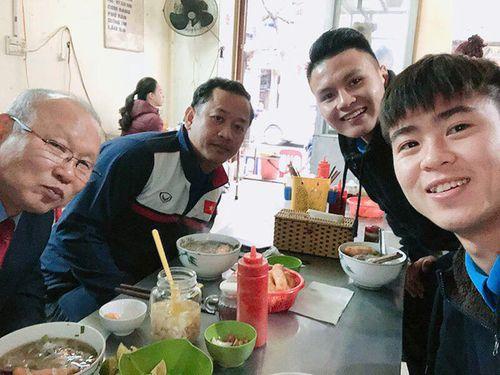 Quang Hải, Duy Mạnh mời HLV Park Hang Seo ăn phở bò Hà Nội - Ảnh 1