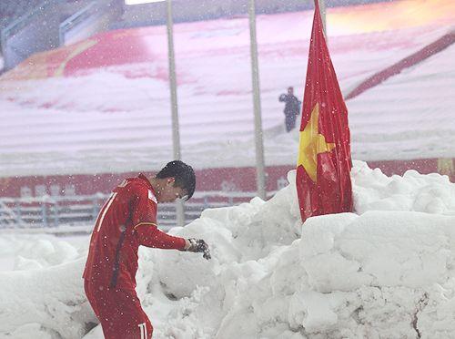 Cầu thủ Duy Mạnh tiết lộ lý do cắm cờ tổ quốc trên sân Thường Châu - Ảnh 1