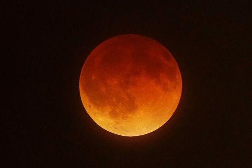 Đêm nay có thể ngắm nguyệt thực, siêu trăng, trăng xanh - Ảnh 1