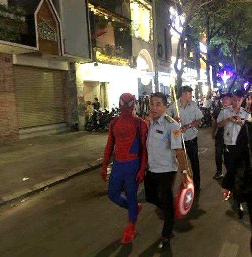 """""""Người nhện"""" trên phố đi bộ Nguyễn Huệ bị phạt 350 nghìn đồng - Ảnh 1"""