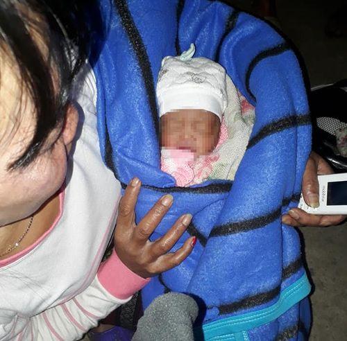Bé sơ sinh còn nguyên dây rốn dưới hầm nhà vệ sinh - Ảnh 1