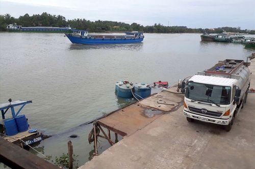Hàng chục tấn hóa chất a-xít Clohydric chìm trên sông Đồng Nai - Ảnh 1