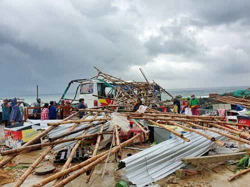 Lốc xoáy kinh hoàng ở Gành Đá Đĩa, 13 du khách bị thương - Ảnh 1