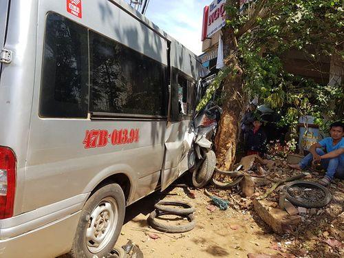 Tránh xe đạp điện, xe khách gây tai nạn liên hoàn - Ảnh 1
