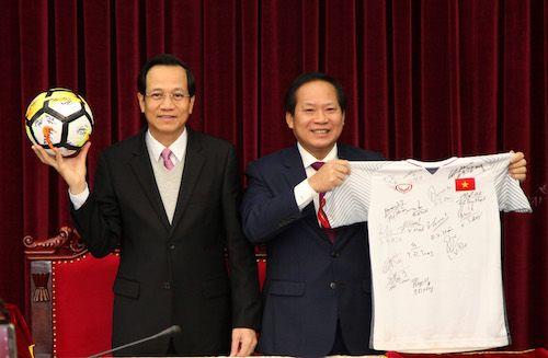 Đấu giá quả bóng và áo đấu của đội tuyển U23 tặng Thủ tướng - Ảnh 1