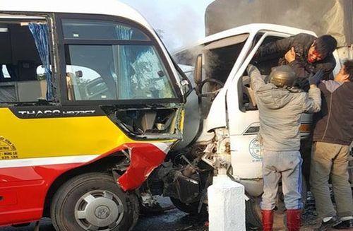 Xe tải đối đầu xe buýt, 2 người chết, 8 người bị thương - Ảnh 1
