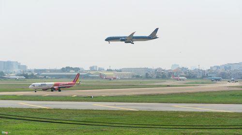 Cảnh máy bay ùn ứ chờ cất cánh ở sân bay Tân Sơn Nhất - Ảnh 2