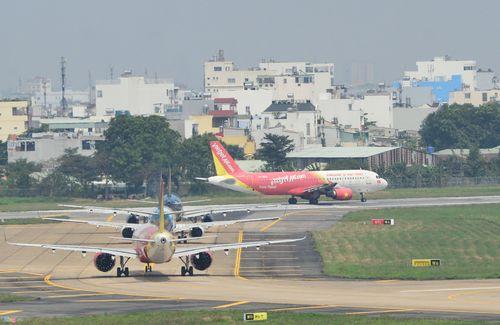 Cảnh máy bay ùn ứ chờ cất cánh ở sân bay Tân Sơn Nhất - Ảnh 3