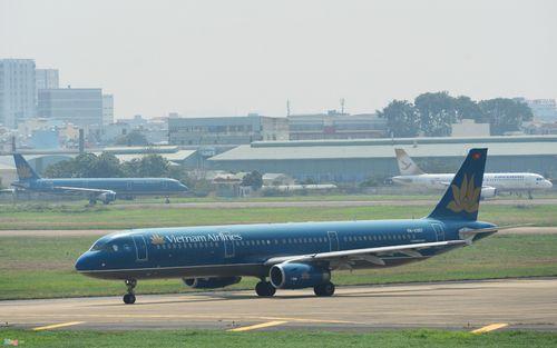 Cảnh máy bay ùn ứ chờ cất cánh ở sân bay Tân Sơn Nhất - Ảnh 5
