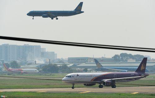 Cảnh máy bay ùn ứ chờ cất cánh ở sân bay Tân Sơn Nhất - Ảnh 6