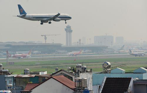 Cảnh máy bay ùn ứ chờ cất cánh ở sân bay Tân Sơn Nhất - Ảnh 8