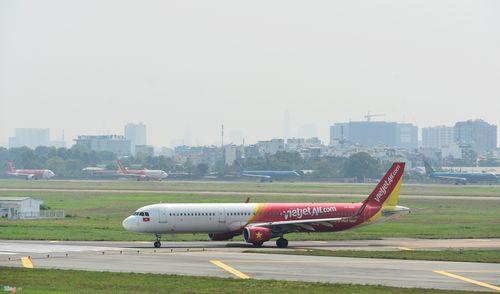 Cảnh máy bay ùn ứ chờ cất cánh ở sân bay Tân Sơn Nhất - Ảnh 10
