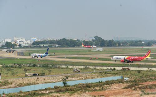 Cảnh máy bay ùn ứ chờ cất cánh ở sân bay Tân Sơn Nhất - Ảnh 11