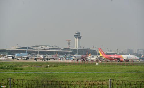 Cảnh máy bay ùn ứ chờ cất cánh ở sân bay Tân Sơn Nhất - Ảnh 12