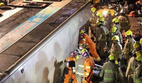 Lật xe buýt 2 tầng ở Hong Kong, 18 người chết - Ảnh 1