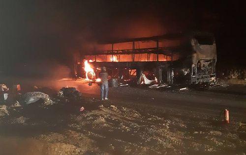 Video: Xe khách giường nằm bốc cháy dữ dội trong đêm - Ảnh 1