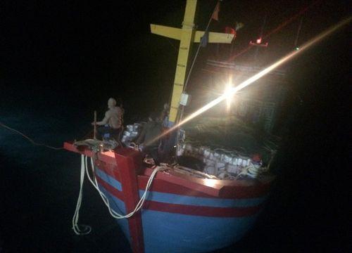 Cứu sống 6 ngư dân gặp nạn trên biển - Ảnh 1