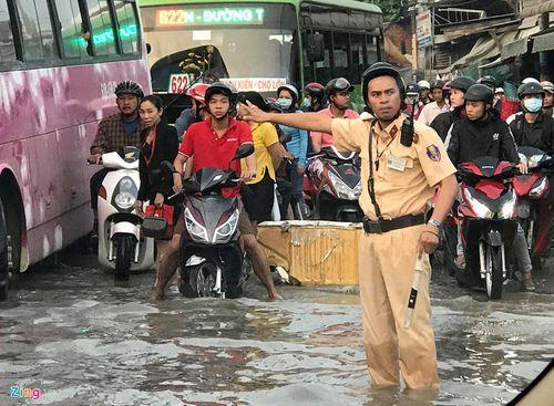 Sài Gòn vỡ đê bao, đường ngập nặng vì triều cường dâng cao - Ảnh 1