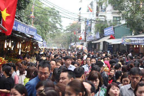 Hàng vạn người chen chân dâng hương tại Phủ Tây Hồ - Ảnh 2