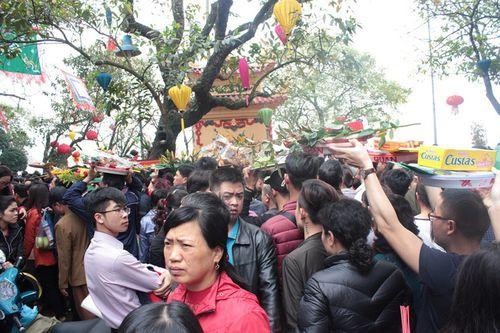 Hàng vạn người chen chân dâng hương tại Phủ Tây Hồ - Ảnh 4