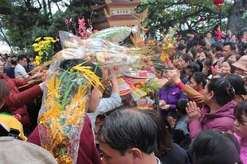 Hàng vạn người chen chân dâng hương tại Phủ Tây Hồ - Ảnh 6
